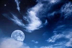 la-luna-y-las-estrellas-con-cielo-nublado-stars-and-moon-cloudy-sky