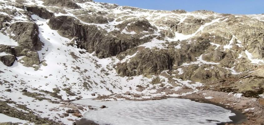 Roca, nieve y viento gélido. El corral del Diablo y La Covacha de Gredos