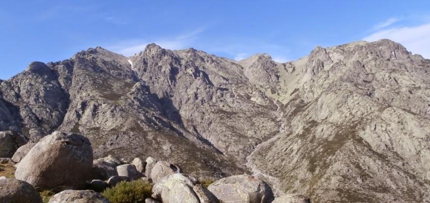 El Almanzor por su vertiente sur desde el santuario de Chilla. Rocas, pendiente, pendiente, rocas y naturaleza salvaje