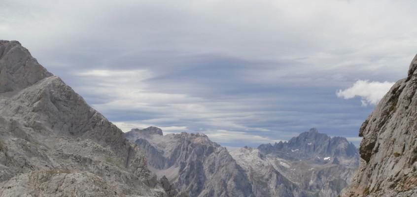 Picos de Europa II(Campamentos FEDME 2015, Camaleño).  Fuente Dé- Collado Jermoso. Cuando los tornos se tornan en Jermoso…curvas, piedras, picos…nubes.