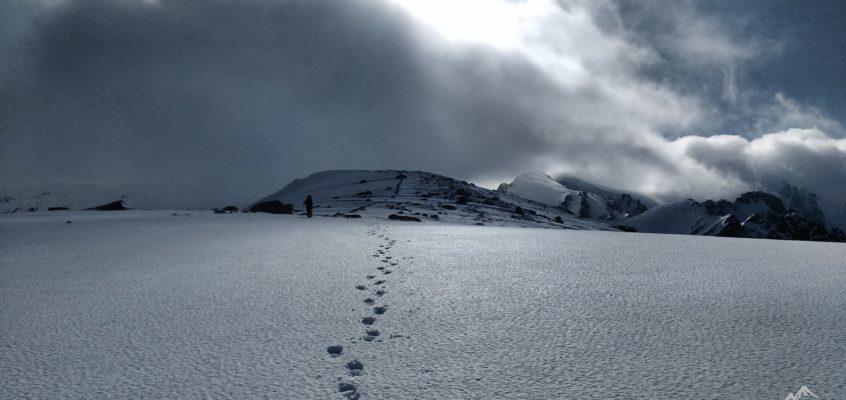 El Belesar de Gredos, nieves, aguas, rocas… Cuando las nubes se embelesan en el Belesar.