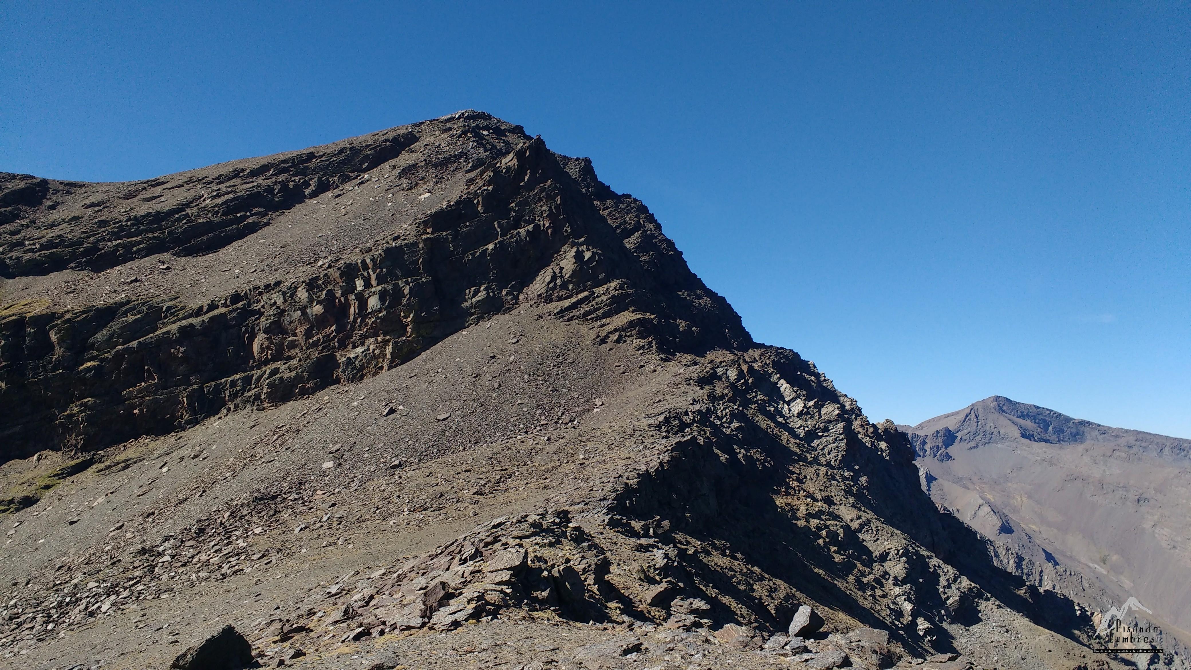La Integral de Sierra Nevada. Rocas, tierra suelta, cielos y ...