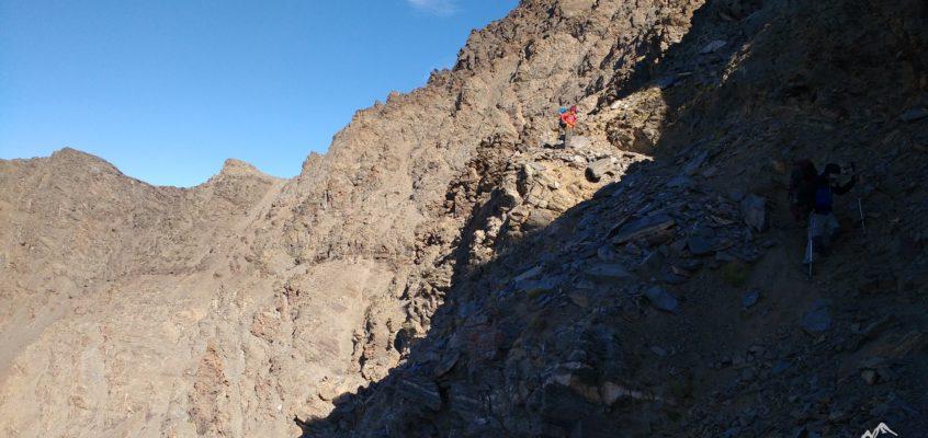 La Integral de Sierra Nevada. Rocas, tierra suelta, cielos y precipicios.  Cuando tu esfuerzo tiene recompensa…. De Vacares al refugio de Pillavientos.(Día 2)