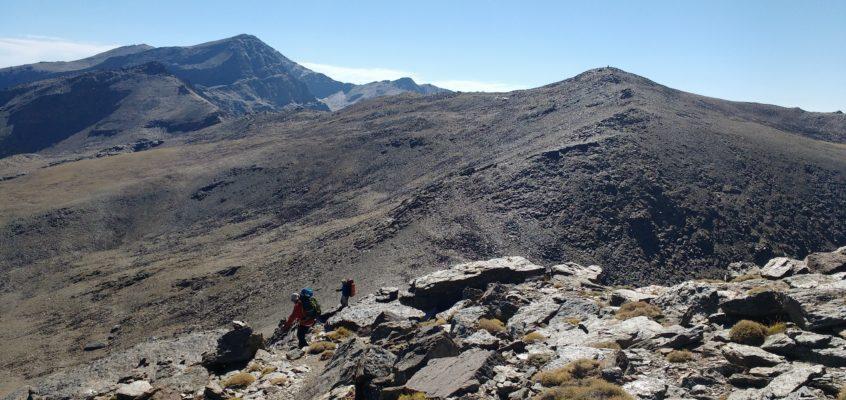La Integral de Sierra Nevada. Rocas, tierra suelta, cielos y precipicios.  Cuando tu esfuerzo tiene recompensa…. De Posterillo Alto a laguna de Vacares.(Día 1)