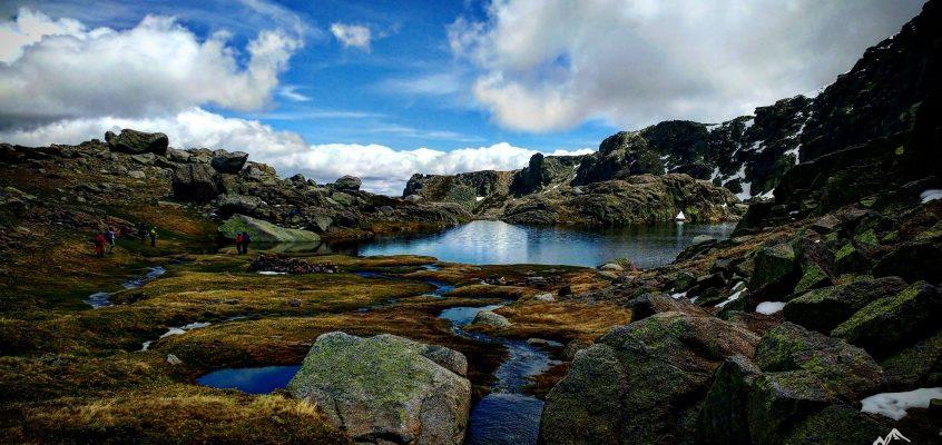 En las lagunas del Trampal de Béjar.  Rocas, nubes,…susurro líquido y unas velas…
