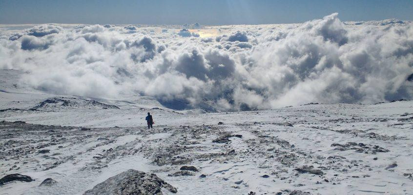 Mulhacén en Enero. 2.  La subida al Rey gélido y helado,…cuando tus pasos resbalan sobre las nubes.