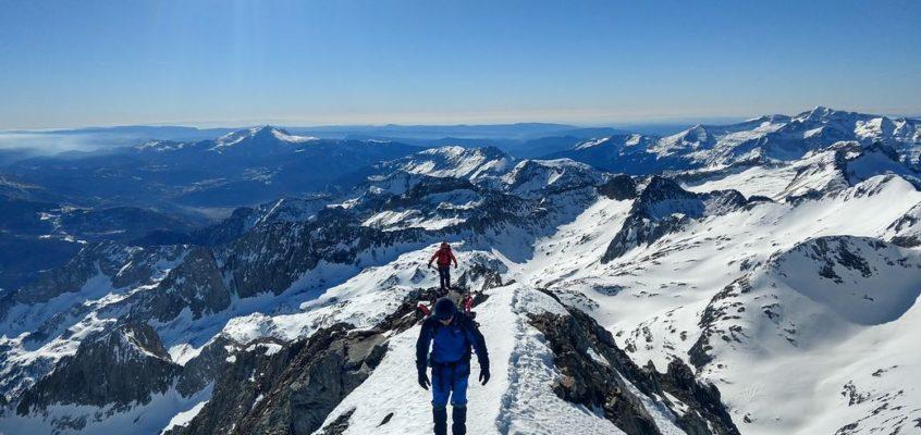 En las Altivas Aristas del Posets. Cuando cientos de picos rayan de blanco el cielo azul…